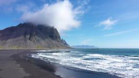Flyg- surrsikt av det Vestrahorn berget i Hofn och Atlanticet Ocean, på den Stokksnes halvön i sydostliga Island stock video