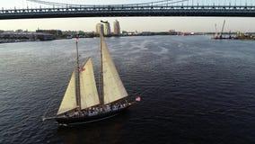 Flyg- surrsikt av högväxt skeppDelaware River Philadelphia PA stock video