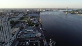 Flyg- surrsikt av högväxta skepp som anslutas i Philadelphia PA lager videofilmer