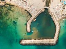 Flyg- surrsikt av konkreta Pier On Turquoise Water At den Black Sea semesterorten Costinesti av Rumänien royaltyfri bild