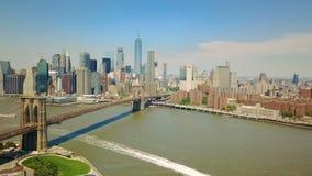 Flyg- surrsikt av New York det finansiella området av Manhattan, Brooklyn bro lager videofilmer