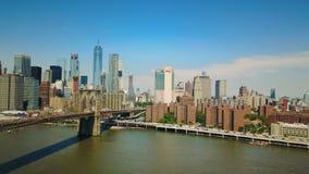 Flyg- surrsikt av New York det finansiella området av Manhattan, den Brooklyn bron och Hudson River arkivfilmer