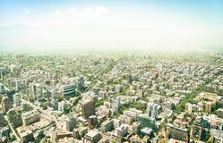 Flyg- surrsikt av skyskrapor av Santiago de Chile arkivfoton