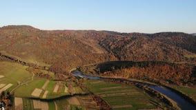 Flyg- surrsikt: höstberg med skogar och flod, ängar och kullar i mjukt ljus för solnedgång övre sikt för carpathian berg lager videofilmer