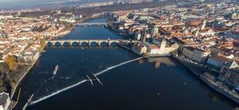 Flyg- surrsikt Prague, Tjeckien Vltava för Charles Bridge Karluv Most Old stadtorn flod arkivfoto