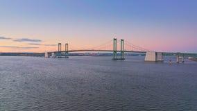 Flyg- surrskott av bron för Delaware minnesmärke på skymning stock video