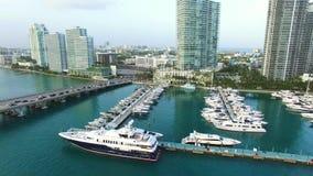 Flyg- surrvideo av den Miami Beach marina lager videofilmer