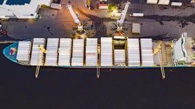 Flyg- Tid schackningsperiod av päfyllning & avlastning av lastfartyget arkivfilmer