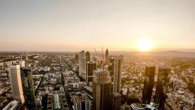 Flyg- tidschackningsperiod av Frankfurt/den huvudsakliga horisonten och platsen av en skyskrapa under solnedgången på en varm som stock video