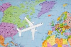 Flyg till Europa den symboliska bilden av loppet förbi den plana översikten Royaltyfri Fotografi