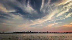 flyg- timelapsehorisont för stad 4K - stads- scenisk antenn för panorama 30fps sköt - blå himmel och härlig molntidschackningsper arkivfilmer
