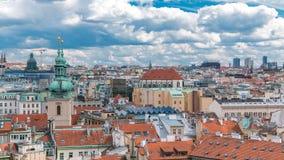 Flyg- timelapsesikt för scenisk sommar av den gamla stadarkitekturen med terrakottatak i Prague, Tjeckien lager videofilmer
