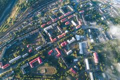 Flyg- Townscape av den Kandalaksha staden royaltyfri fotografi