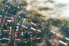 Flyg- Townscape av den Kandalaksha staden arkivfoton