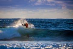 Flyg- trick av en bodyboarder Arkivfoton