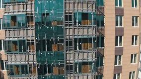 Flyg uppåt nära bostads- flervånings- fjärdedelar arkivfilmer