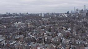 flyg- upprättande skott 4K av en Neighbourhood i Toronto, Ontario arkivfilmer