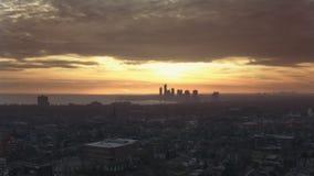 flyg- upprättande skott 4K av en Neighbourhood i Toronto, Ontario på solnedgången arkivfilmer