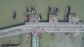 Flyg- utländsk huvudväg för bästa sikt med bilkörning och fiskebåtar nära förbi hamnen på havsvattnet