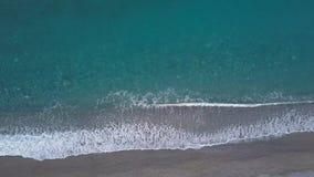 Flyg- vågor bryter på den tomma stranden Ren surrkamera för lugna hav som över låsas lager videofilmer