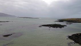 Flyg ?ver den h?rliga irl?ndska kusten vid Rossbeg, Ardara - st?ndsm?ssiga Donegal, Irland stock video