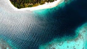 Flyg-: flyg ?ver reven f?r korall f?r vatten f?r turkos f?r karibiskt hav f?r strand f?r tropisk ? den vita Indonesien Sumatra Ba arkivfilmer