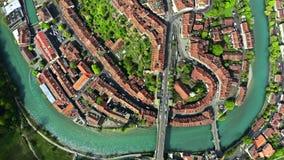Flyg- ?verkant ner sikt av den gamla staden av Bern, Schweiz lager videofilmer