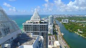 Flyg- video andelslägenhet för Miami Beach blått- och gräsplandiamant arkivfilmer