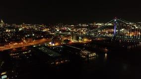 Flyg- video av Ben Franklin Bridge Philadelphia på natten stock video