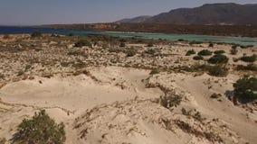 Flyg- video av den Elafonisi stranden, Kreta, Grekland lager videofilmer