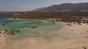 Flyg- video av den Elafonisi stranden, Kreta, Grekland arkivfilmer