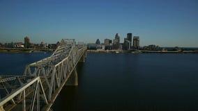 Flyg- video av den Louisville horisonten och Ohio Ri stock video