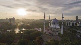 Flyg- video av den Sultan Salahuddin Abdul Aziz Shah moskén Arkivfoto