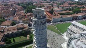 Flyg- video av det lutande tornet i Pisa Italien sommar arkivfilmer