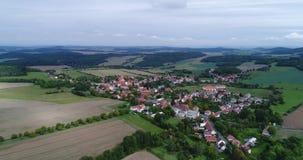 Flyg- video av landskapet och byn i västra Bohemia arkivfilmer