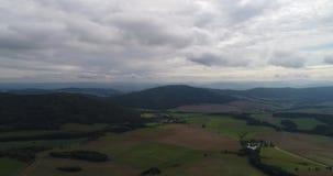 Flyg- video av landskapet och byn i västra Bohemia stock video