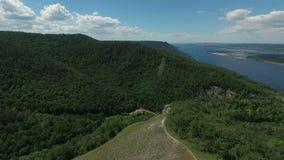 Flyg- video av Mountain View och Volga River stock video