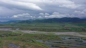 Flyg- video carpathian bergukraine dal mulen sky arkivfilmer