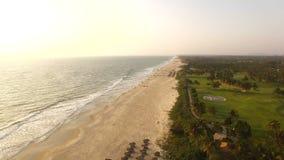 Flyg- video havframdel på solnedgången i Goa, Indien lager videofilmer