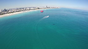 Flyg- video parasail Miami Beach arkivfilmer