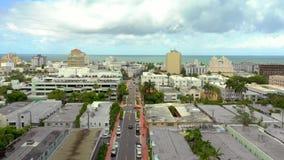 Flyg- videopd Miami Beach som att närma sig havet Collins Avenue stock video