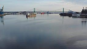 Flyg- videopn flygabottenl?ge p? Delawaret River in mot Walt Whitman Bridge Philadelphia arkivfilmer