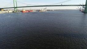 Flyg- videopn flygabottenl?ge p? Delawaret River in mot Walt Whitman Bridge Philadelphia lager videofilmer