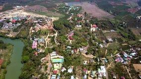 Flyg- vietnamesiska stadbyar och fält i bygd arkivfilmer