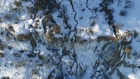 Flyg- Viev av vattenfallet i vinter arkivfilmer