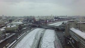 Flyg- vinterplats av Moskva med floden, bron och Kreml Ryssland arkivfilmer