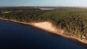 Flyg- vit dyn på floden Lielupe i Varnukrogs - bästa sikt för guld- timmesolnedgång från ovannämnt - surr som skjutas med stock video