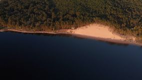 Flyg- vit dyn p? floden Lielupe i Varnukrogs - b?sta sikt f?r guld- timmesolnedg?ng fr?n ovann?mnt - surr som skjutas med stock video