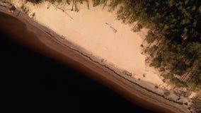 Flyg- vit dyn p? floden Lielupe i Varnukrogs - b?sta sikt f?r guld- timmesolnedg?ng fr?n ovann?mnt - surr som skjutas med lager videofilmer