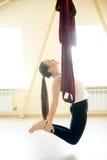 Flyg- yoga: ustrasanaen poserar fotografering för bildbyråer